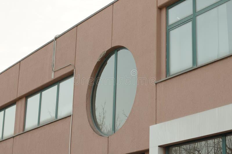 Rundat fönster av en övergiven byggnad fotografering för bildbyråer