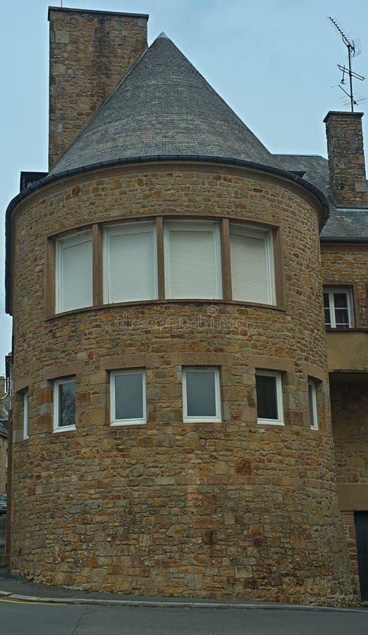 Rundat hustorn för sten med fönster arkivfoton