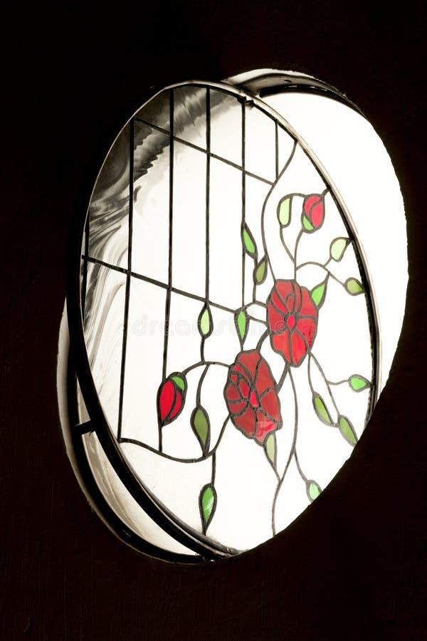 Rundat målat glassfönster inom ett rum royaltyfria foton