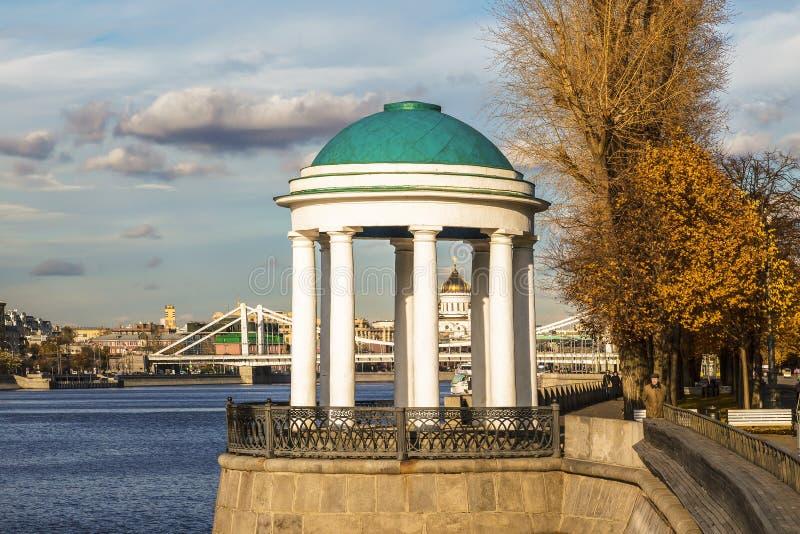 Rundbau auf Pushkin-Damm im Herbst, Moskau stockbilder