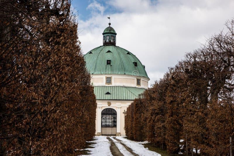 Rundbau in den Blumengärten Kvetna Zahrada in Kromeriz, Tschechische Republik im Winter lizenzfreies stockfoto