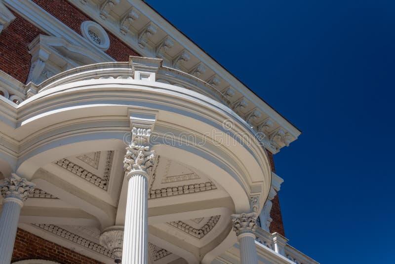 Runde Außensäulenhalle mit korinthischen Säulen und durchdachten Details lizenzfreie stockbilder