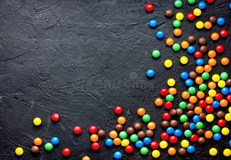 Runde bunte Drageesüßigkeiten bedeckt mit farbiger Schokolade lizenzfreies stockbild