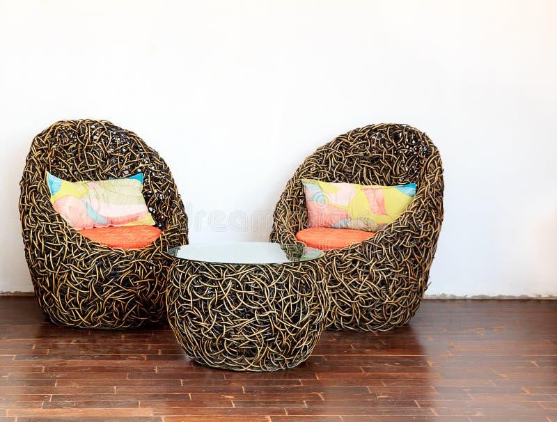 runde geflochtene st hle mit glastisch stockfoto bild von kissen niemand 50934198. Black Bedroom Furniture Sets. Home Design Ideas