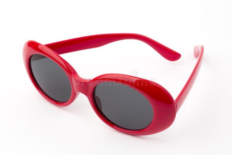 Runde Gläser lokalisiert auf weißem Hintergrund, Weinlesesonnenbrille, rot stockbild