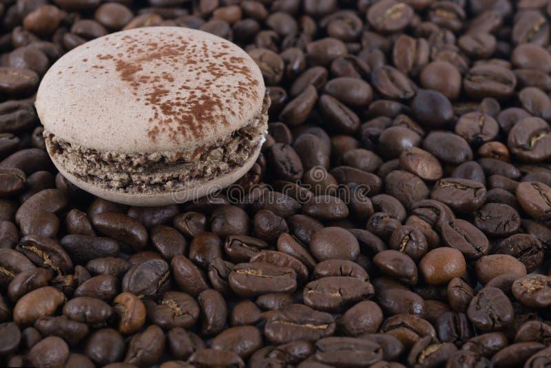 Runde Kekse der Schokolade auf einem Hintergrund von Kaffeebohnen stockfotos