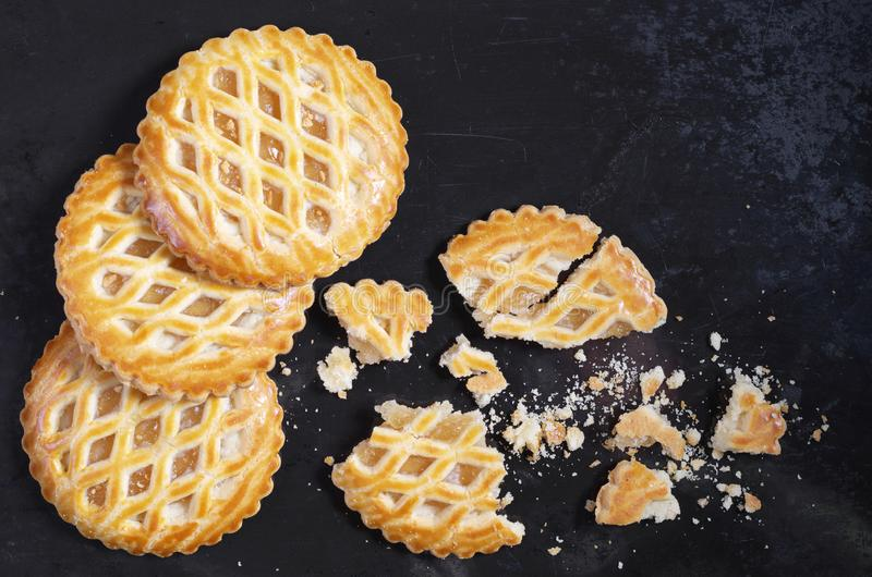 Runde Kuchen mit Apfelf?llung lizenzfreie stockfotos