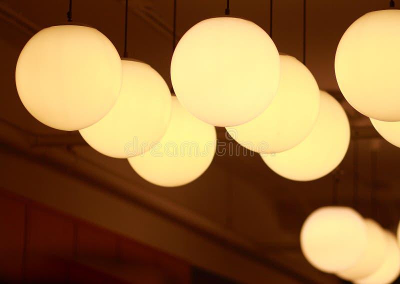 Runde Lampe, die auf der Decke hängt lizenzfreies stockbild