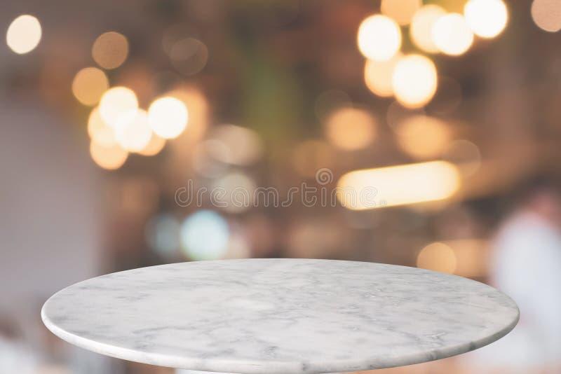 Runde Marmortischplatte mit Caférestaurant bokeh beleuchtet abstrakten Hintergrund lizenzfreie stockfotografie