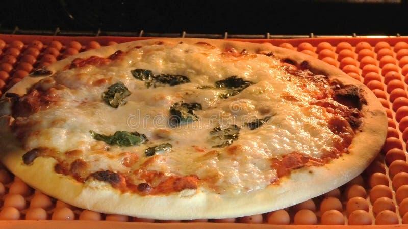Runde Pizza im Ofen stockfotografie