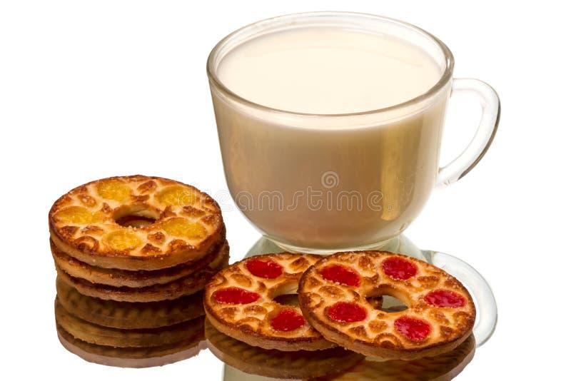Runde Plätzchen und eine Schale Milch lizenzfreie stockfotos