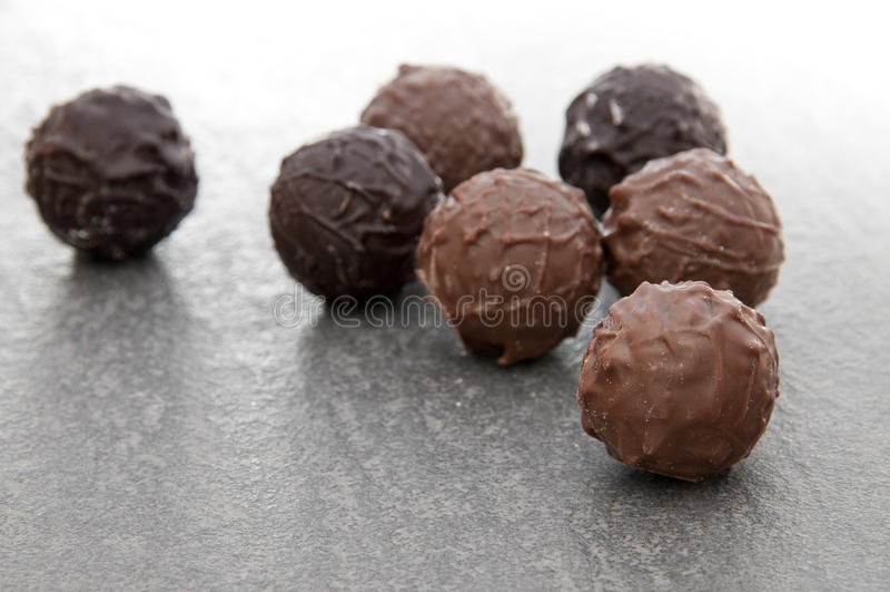 Runde Schokoladenluxuxpralinen stockfotos
