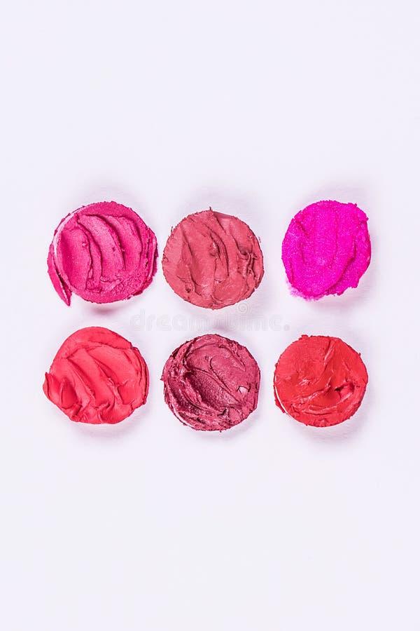 Runde Stücke geschnittener Lippenstift in zwei Reihen auf einem weißen Hintergrund Bunte Lippenstifte Getrennt lizenzfreies stockfoto
