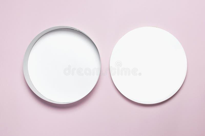 Runde weiße Draufsicht-Ebenenlage des Kastens des Pappfreien raumes Spott oben auf rosa Hintergrund Verpackungsgestaltung, ein le stockfotografie