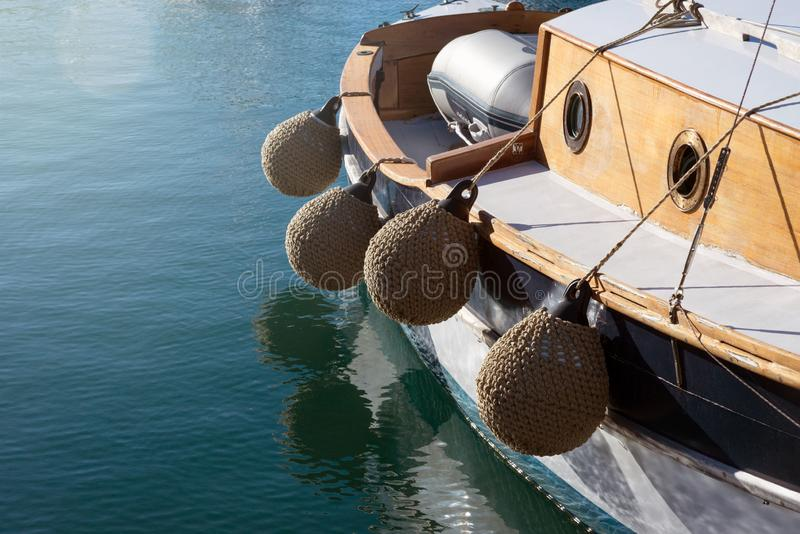 Runde weiche festmachende Fender, gesponnen von Manila-Seil auf einem kleinen alten Schiff stockbild
