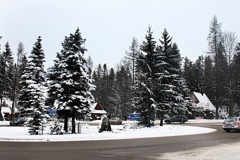 Rundenstraßenkreuzung ZJohn Paul II. im Winter, Zakopane lizenzfreies stockfoto