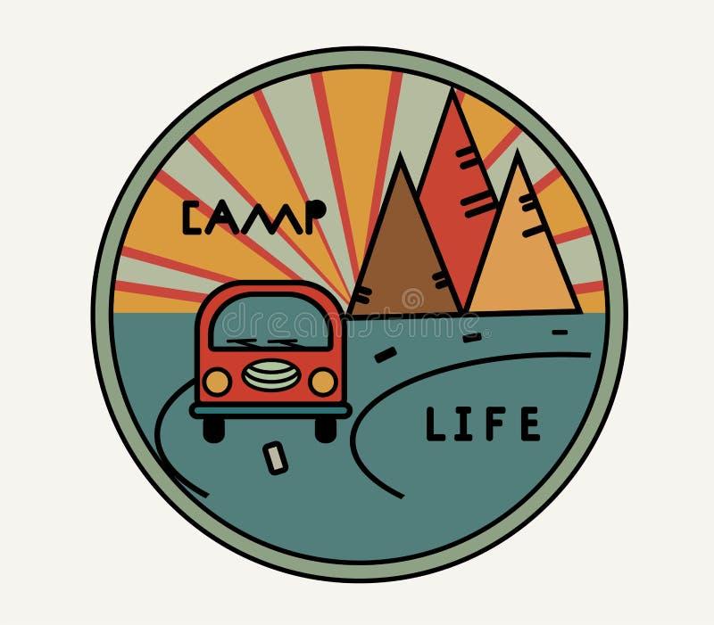 Runder Aufkleber mit Weinlesepackwagen im Retrostil Aufschriftlagerleben Die Straße, die Sonne in den Bergen Symbol von freiem stock abbildung