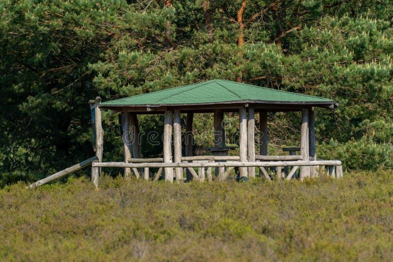 Runder Grillpavillon mit grünem Dach stockfotos