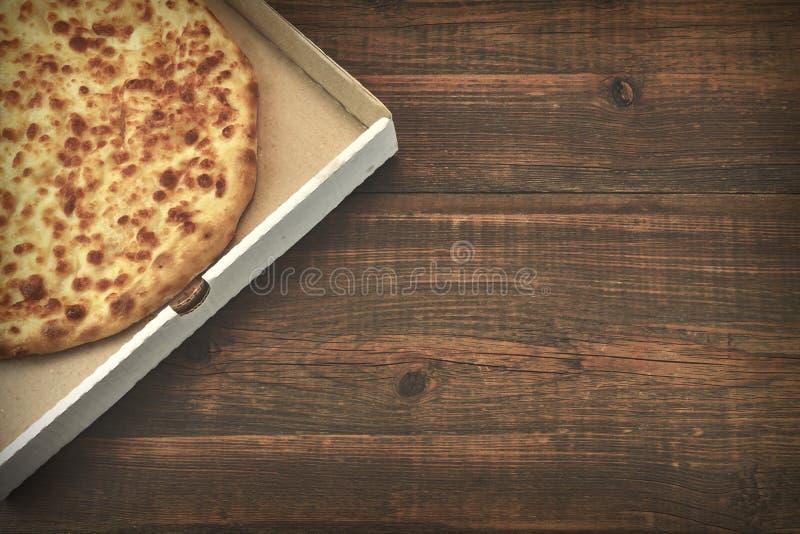 Runder Käse-Torte oder Pizza Quatrro Formaggi auf Brown-Tabelle stockfotos