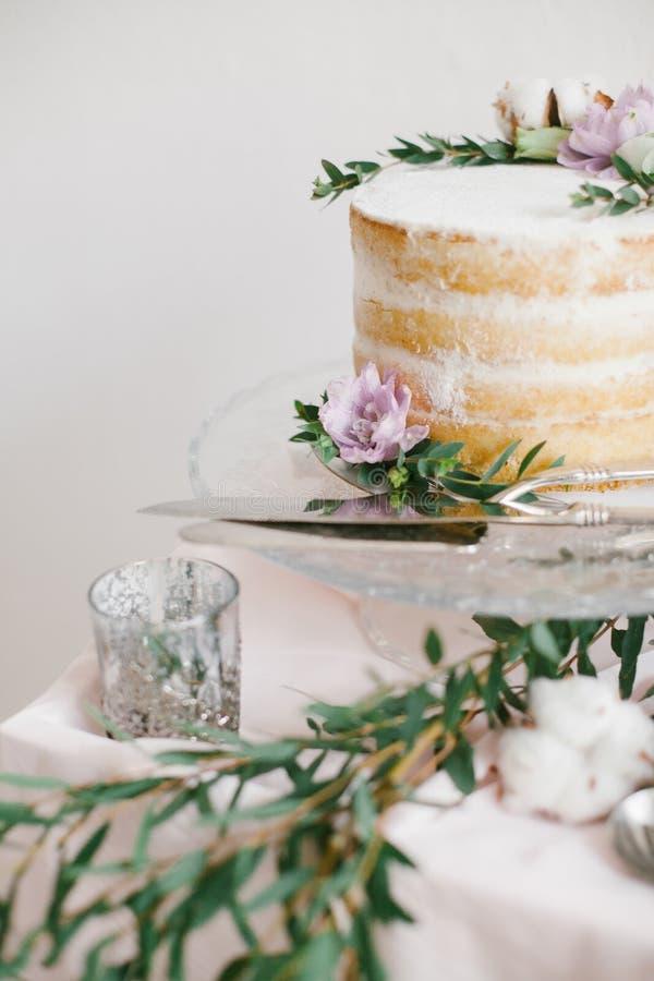 Runder Kuchen der schönen Hochzeit mit Blumendekorationen lizenzfreie stockfotografie