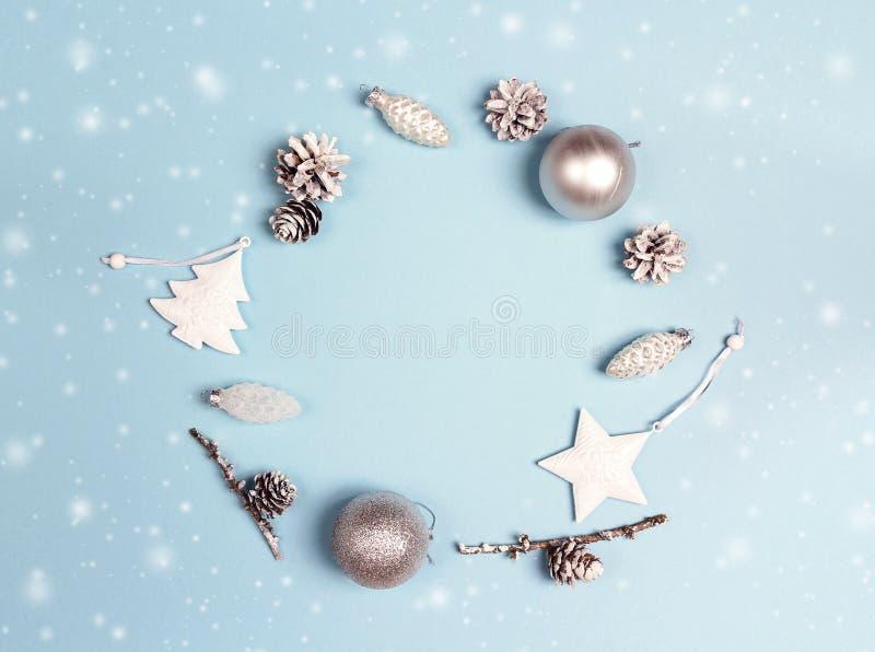 Runder Rahmen von Weihnachtsdekorationen mit Kopienraum auf blauem BAC lizenzfreies stockbild