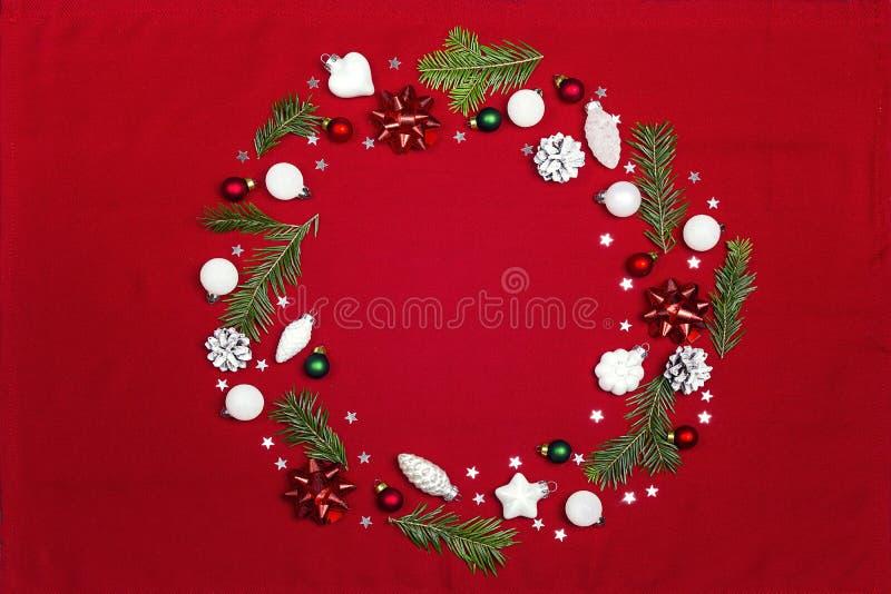 Runder Rahmen von Weihnachtsdekorationen mit rotem Stoff des Kopienraumes lizenzfreies stockbild