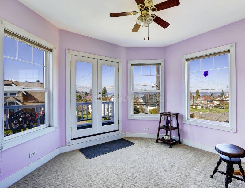 Runder Raum im hellen Lavendel mit Arbeitsniederlegungsplattform lizenzfreie stockfotos