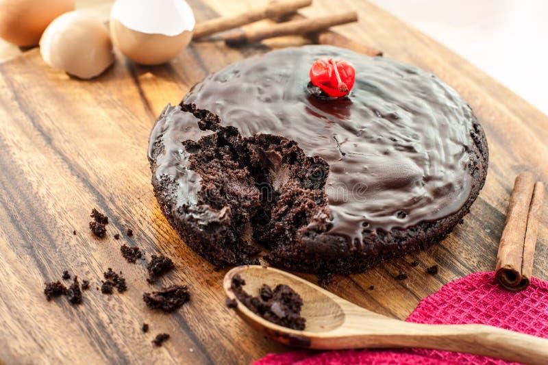 Runder selbst gemachter Schokoladenkuchen stockbilder