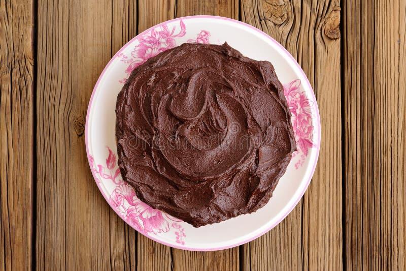 Runder selbst gemachter Schokoladenkuchen bedeckt mit starkem ganache im Whit stockfotos