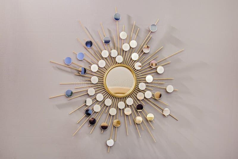 Runder Spiegel der dekorativen Wand in Form der Sonne, ein goldener Fassbinderspiegel, moderne Form in der skandinavischen Art lizenzfreies stockfoto