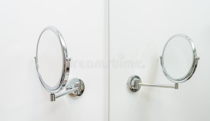 Runder Spiegel im Badezimmer stockbilder