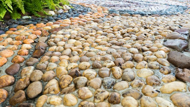 Runder Steinbodenhintergrund, Hintergrund mit Steinen auf dem Boden, Bodenhintergrund mit Steinen, stockfotos