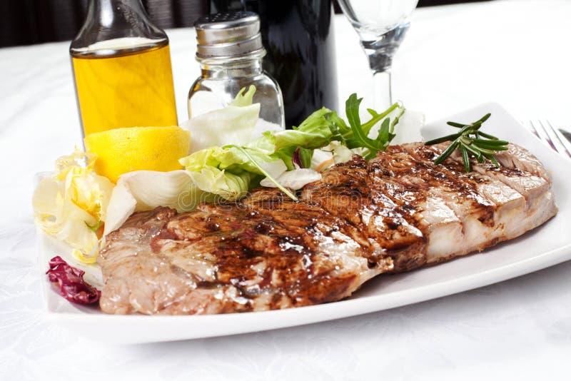 Runder vlees dat op het rooster wordt gekookt stock foto