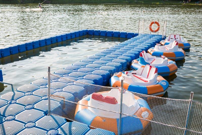 Rundes aufblasbares Boot mit Elektromotor stockfoto