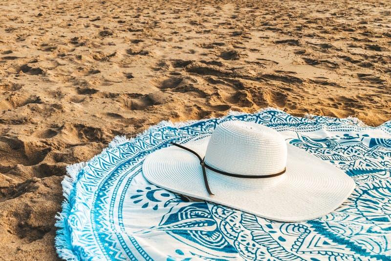 Rundes Badetuch und White Hat im Sommer stockbilder