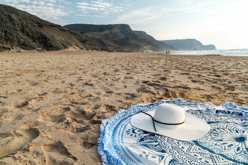 Rundes Badetuch und White Hat im Sommer lizenzfreie stockbilder