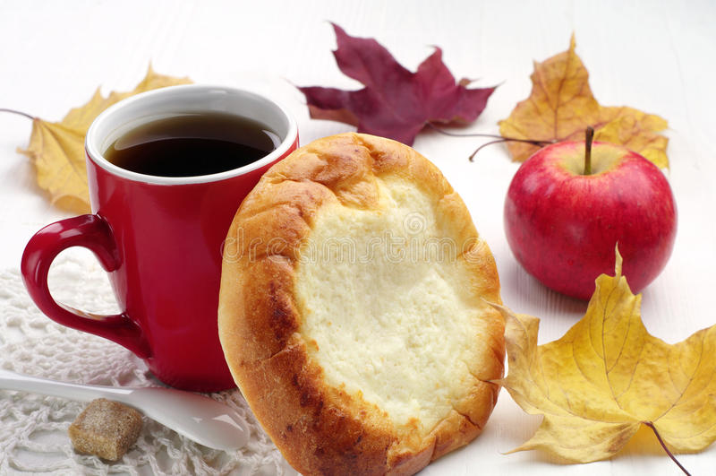 Rundes Brötchen und Tasse Tee stockfotos
