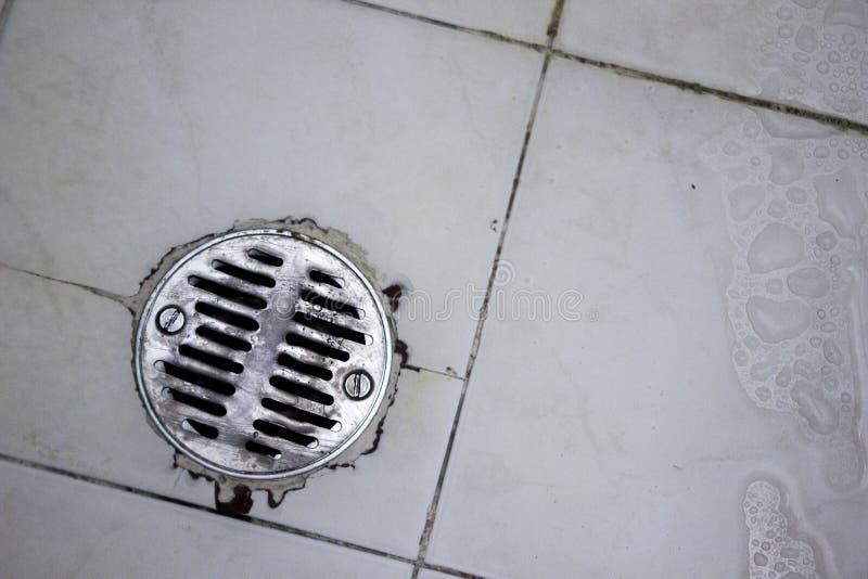 Rundes Duschabflusssieb hergestellt vom Edelstahl in einer letzt bearbeiteten Dusche lizenzfreie stockfotografie