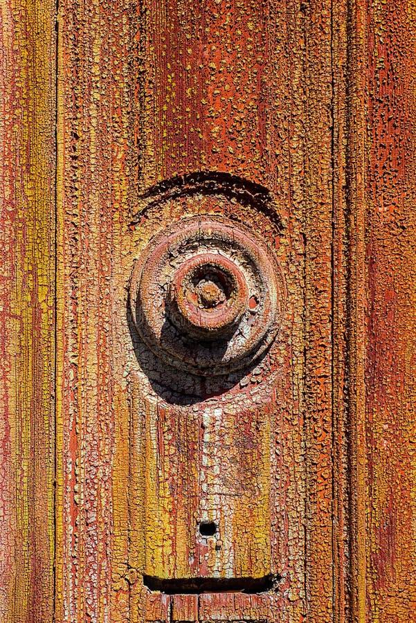 Rundes Element des Dekors auf der alten hölzernen Tür, malte altes Grün mit der Schale der Farbe und der roten Schicht unter es lizenzfreie stockbilder