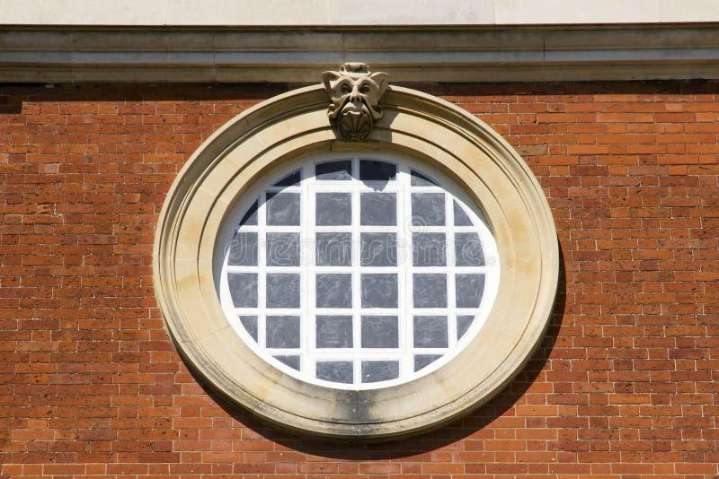 Rundes Fenster bei Hampton Court Palace, der ursprünglich für hauptsächlichen Thomas Wolsey 1515 errichtet wurde, später lizenzfreies stockbild