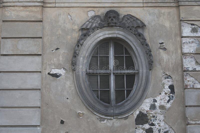 Rundes Fenster des Kirchenleichenschauhauses lizenzfreie stockfotografie