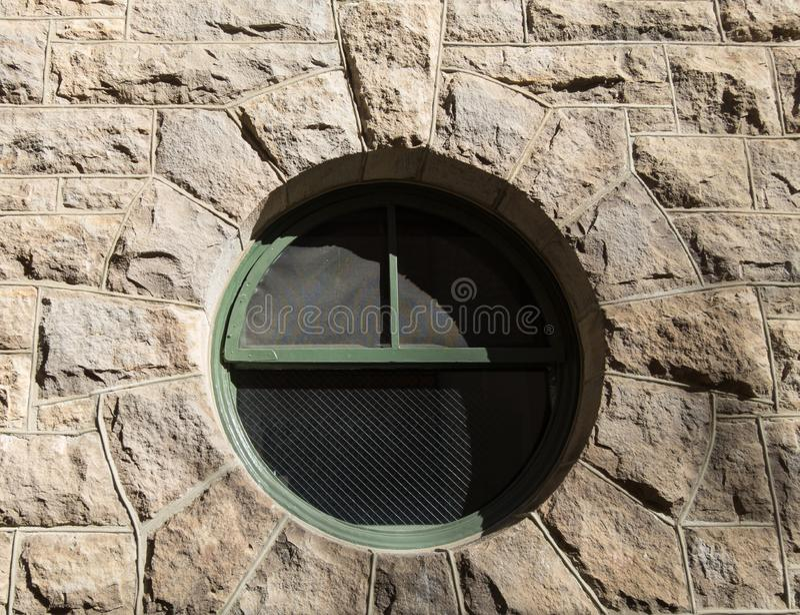 Rundes Fenster im Stein stockfotos