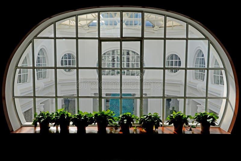 Rundes Fenster und Yard stockfoto