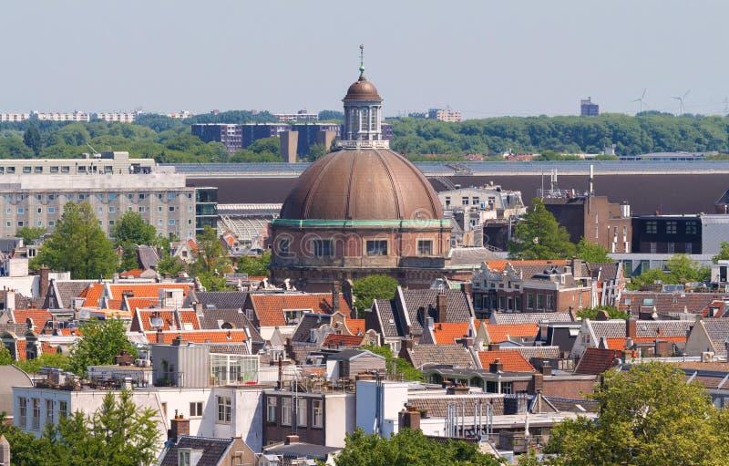 Rundes Koepelkerk mit kupferner Haube nahe bei Singel-Kanal Dächer und Fassaden von Amsterdam Stadtansicht vom Glockenturm stockfotografie