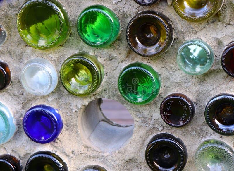 Rundes und buntes Glas verziert eine Wand lizenzfreies stockbild