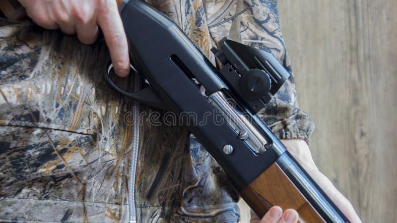 rundor 12-gauge och en camohagelgevär royaltyfri foto