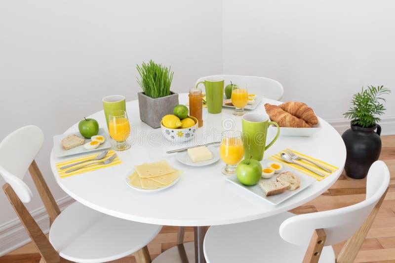 Rundtisch mit geschmackvollem Frühstück lizenzfreie stockfotografie