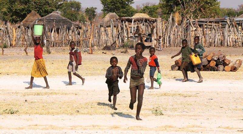 RUNDU, ΝΑΜΊΜΠΙΑ - 19 ΣΕΠΤΕΜΒΡΊΟΥ: Μη αναγνωρισμένα παιδιά που προσκομίζουν wa στοκ εικόνα