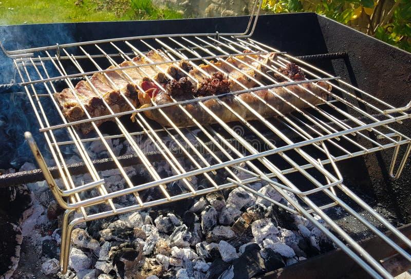 rundvlees en koelapje vlees naast chorizo voor het roosteren wordt geroosterd die royalty-vrije stock afbeeldingen