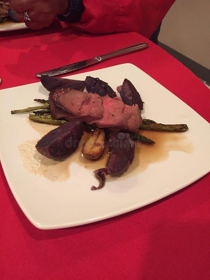Rundvlees en purpere aardappels stock afbeeldingen